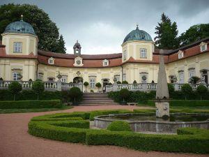 Schlosshof mit Brunnen