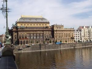 Nationaltheater von der Moldau