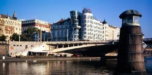 Tanzendes Haus und die Brücke Jiráskův most