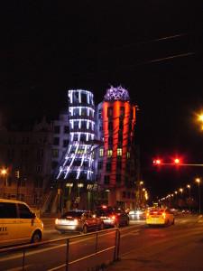 Tanzendes Haus bei Nacht