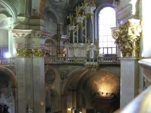 Orgel über dem Eingang